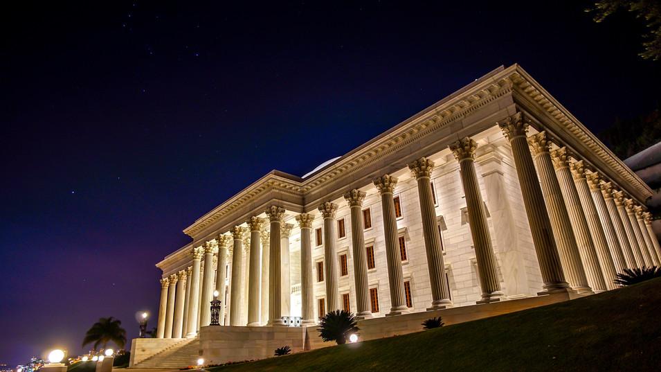 Sede de la Casa Universal de Justicia (noche)