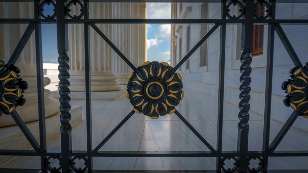Pasillo en el exterior de la Sede de la Casa Universal de Justicia