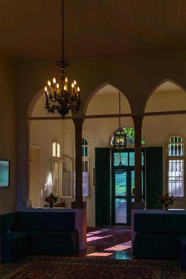 Vista de la entrada de la casa desde la sala interior