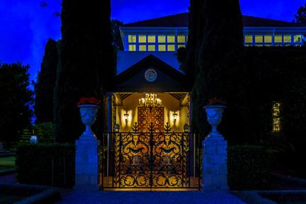 Entrada Principal (Noche)