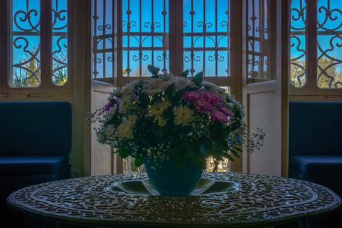 Mesa en sala interior
