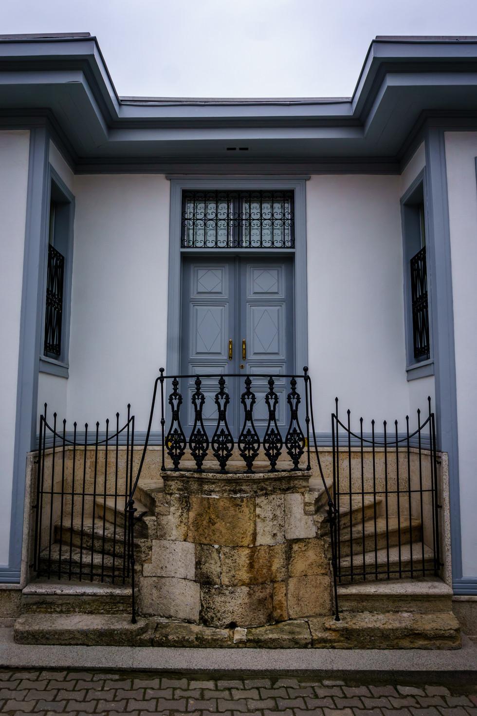 Front door - House of Ridá Big