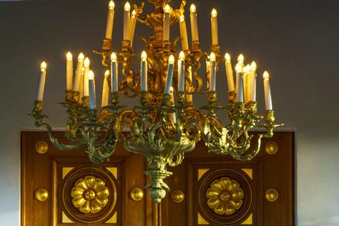 Acercamiento al candelabro en la entrada del Santuario