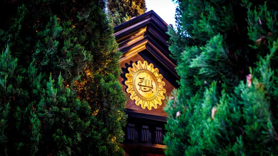 El Más Grande Nombre a la entrada del Santuario