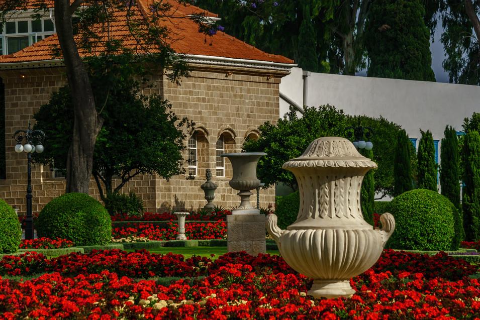 Vista de cerca de ornamentos y el Santuario