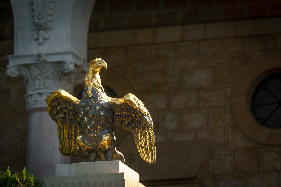 Aquila di fronte al Mausoleo