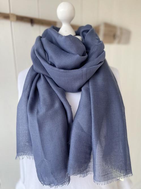 Großes, weiches, blaues Schal-Tuch mit ganz kleinen Ziehfäden.