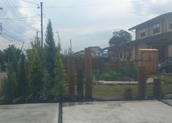芝と枕木とコニファーの庭
