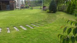 芝と枕木のある庭