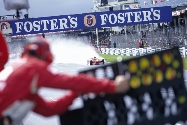 #10 GP Gran Bretagna, Schumacher vince d'astuzia, Coulthard è out, Hakkinen insegue