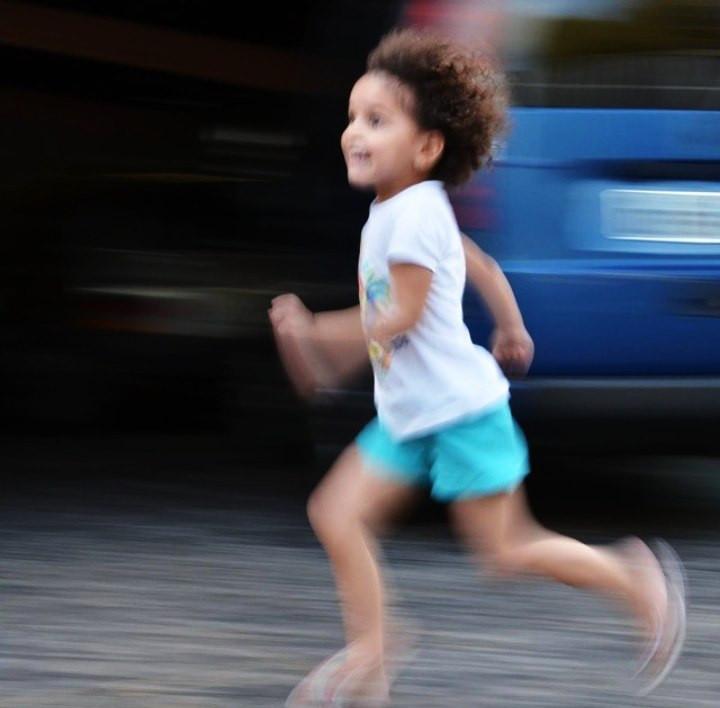 panning de criança correndo