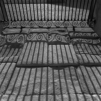 sobras de um portão sobre um piso de pedra