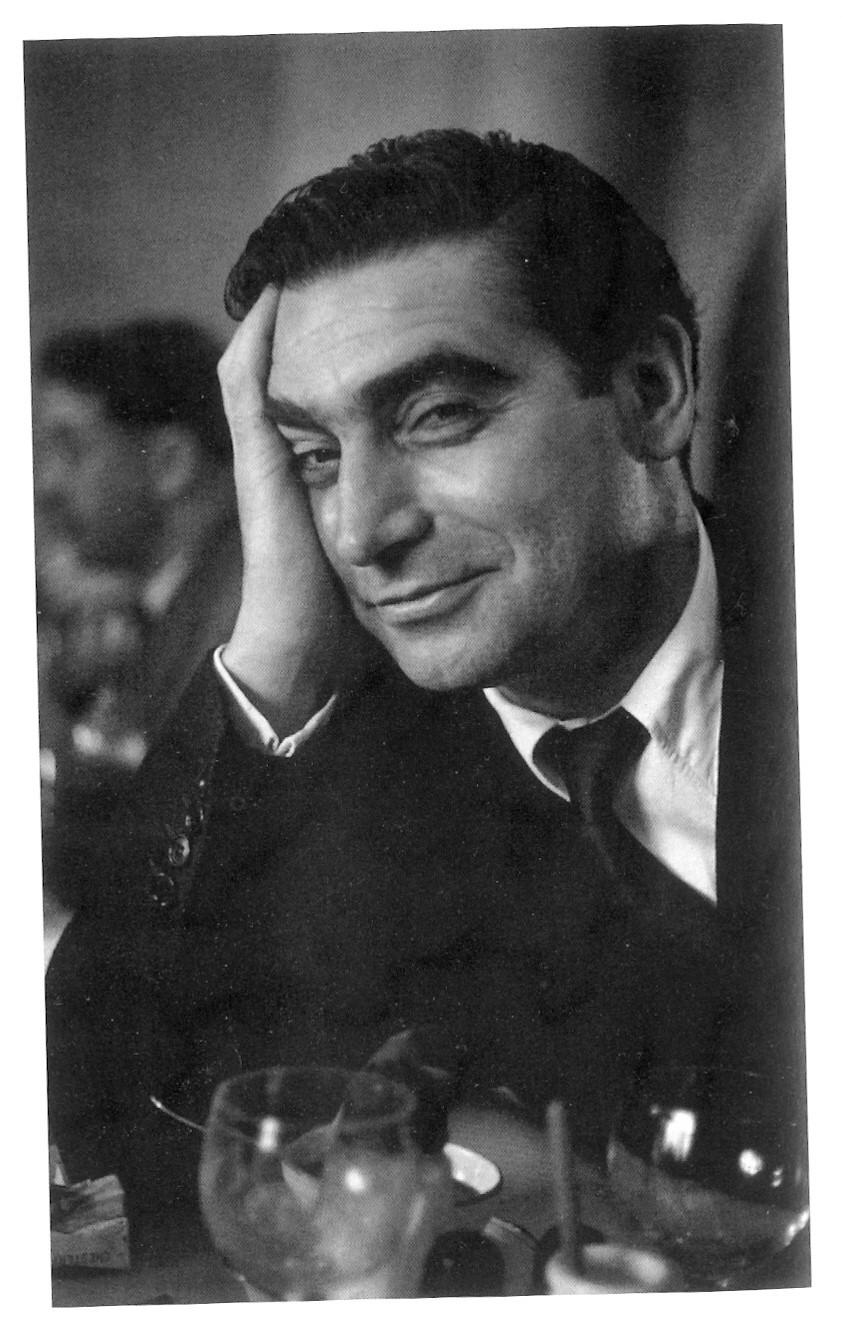 O fotógrafo húngaro Robert Capa fotografado por Ruth Orkin