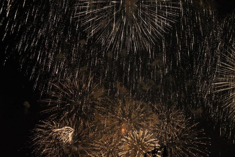 fogos de artifício sobre a água