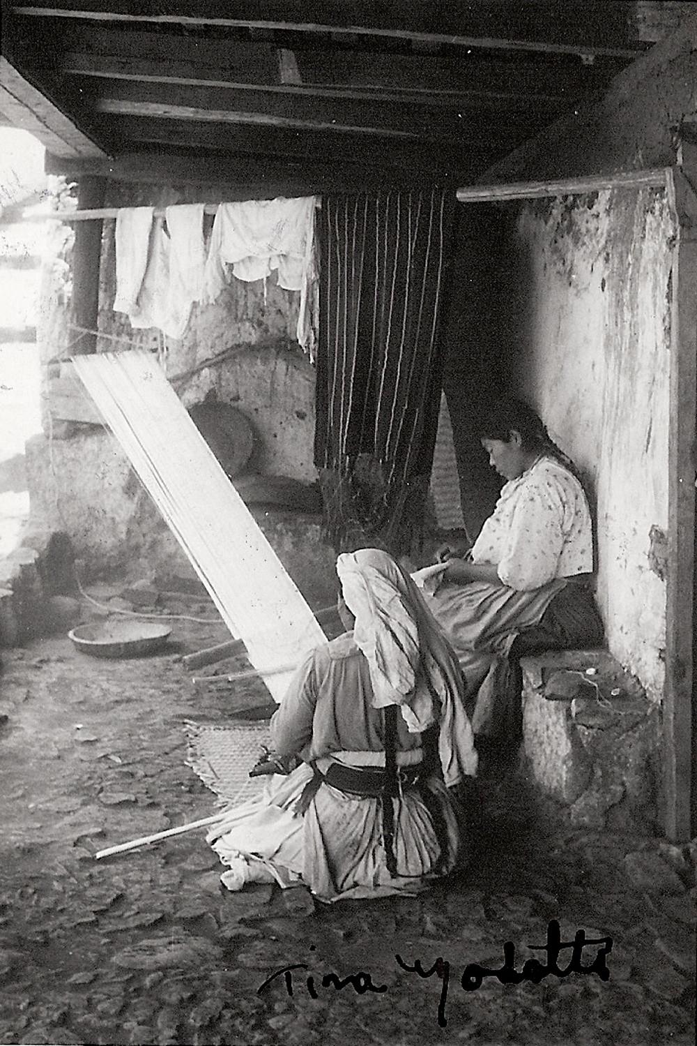 Mulheres mexicanas tecem num tear tradicional