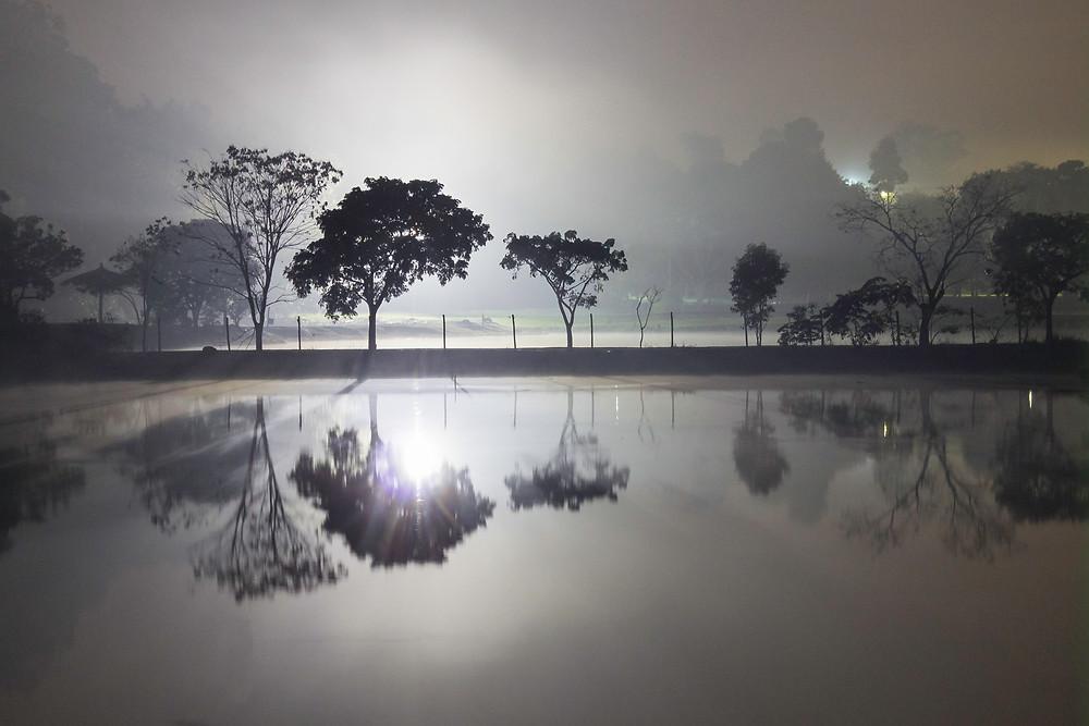 Fotografia noturna de um lago.
