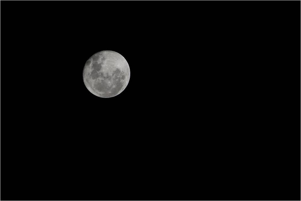 a lua no céu noturno
