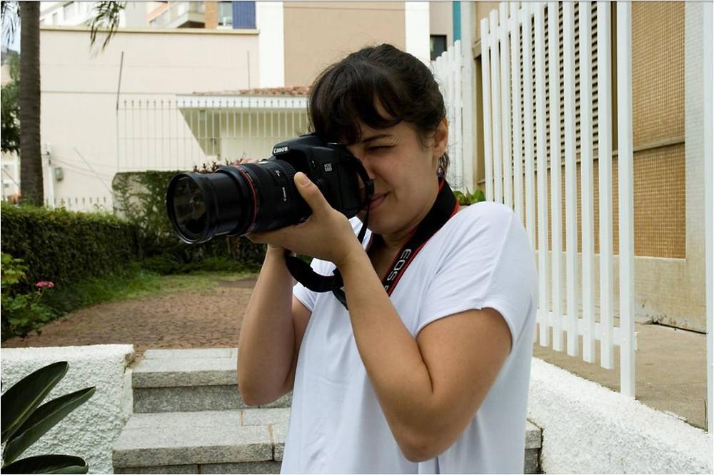 mulher segura câmera fotográfica