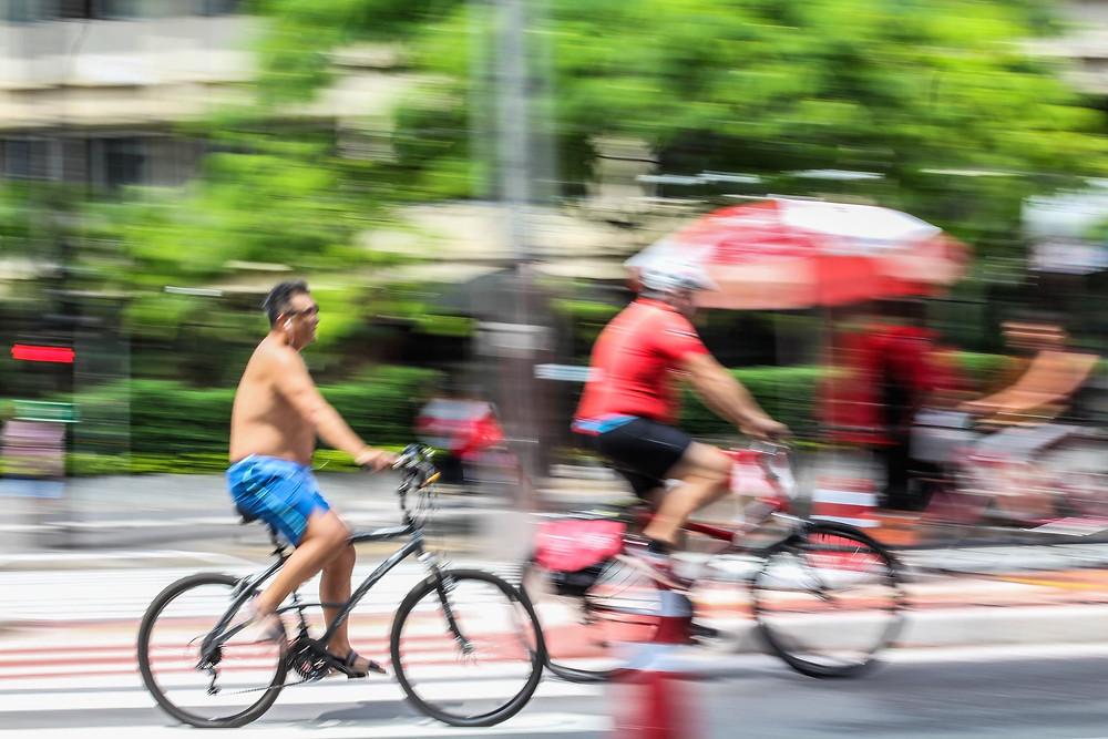 panning de duas bicicletas em movimento
