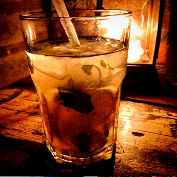 copo de bebida iluminado por lamparina por trás