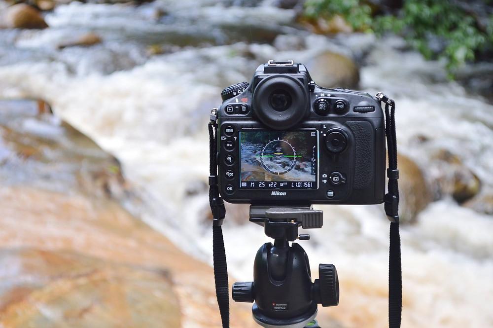 câmera fotográfica enquadra riacho