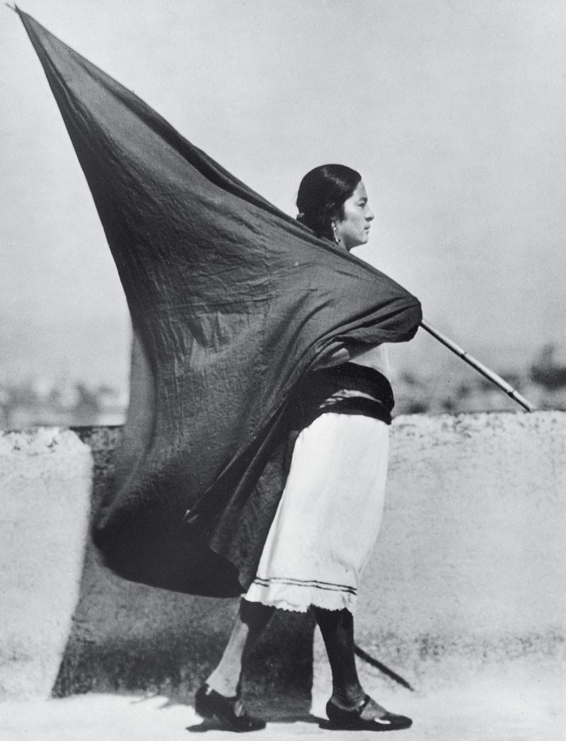 Ativista mexicana de perfil carregando bandeira