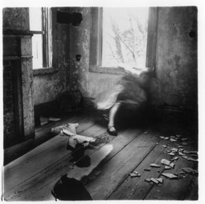 mulher tenta se camuflar em quarto de casa abandonada