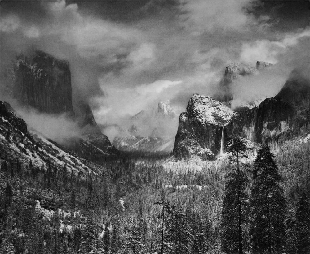 Fotografia de Ansel Adams mostra uma paisagem em preto e branco de um parque nacional nos EUA