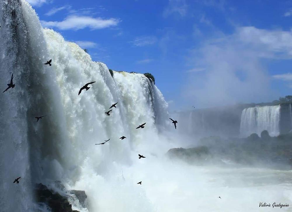 foto de cachoeira vista de lado