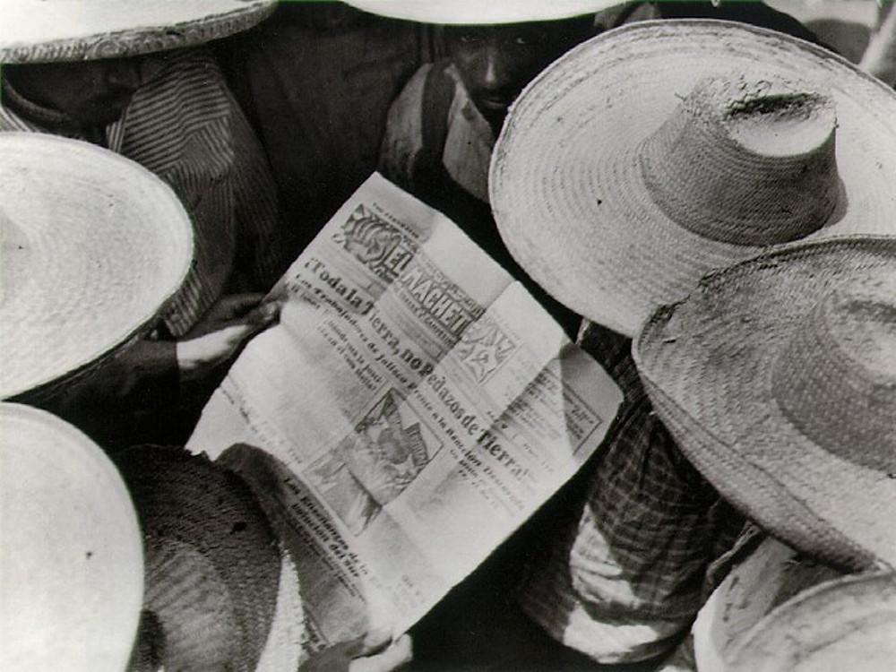 operários leem jornal
