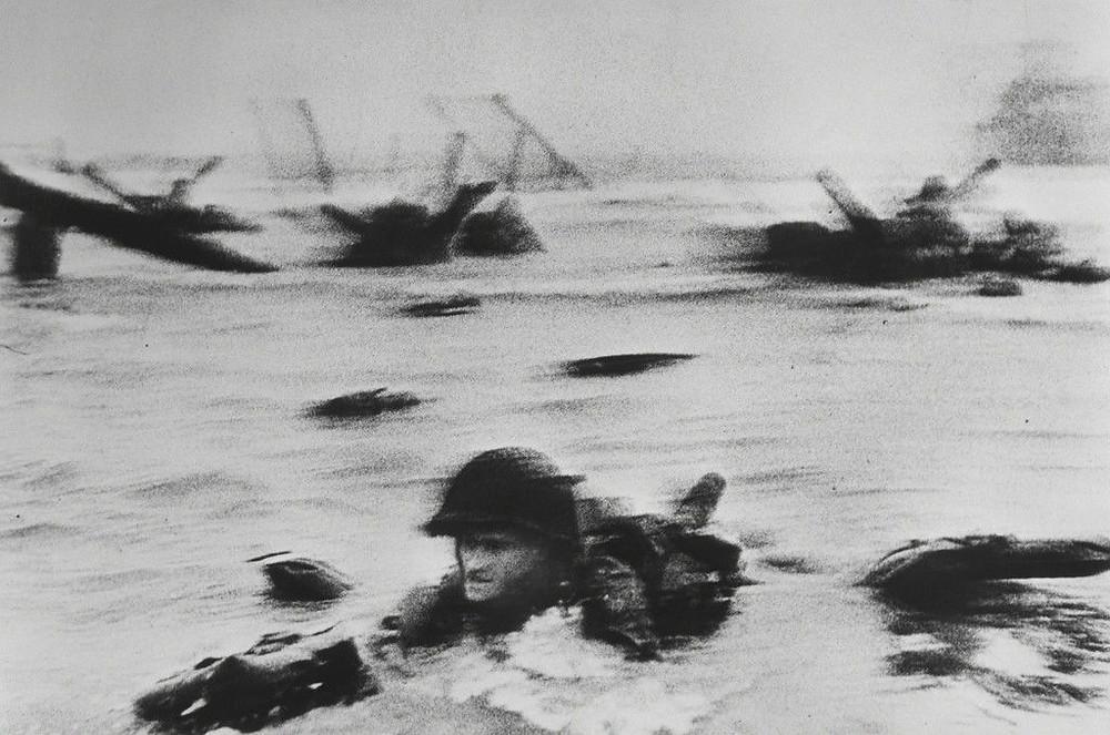Soldado desembarca na Normandia no dia D da II guerra mundial