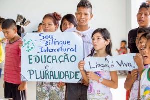 Alunos do Projeto Sou Bilíngue, iniciativa que ensina a língua materna aos indígenas alfabetizados em português (Foto: Celia Santos)