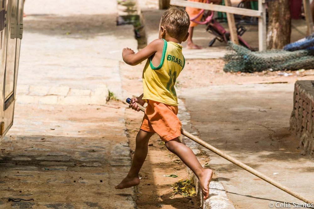 é na brincadeira que a criança cria seu próprio . mundo, que cabe em uma imaginação.