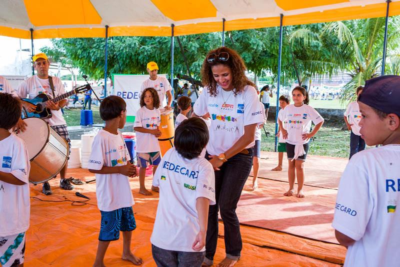 Renata Jambeiro com as crianças de Ladário, MS. A primeira Caravana n]ao pode ser a única.