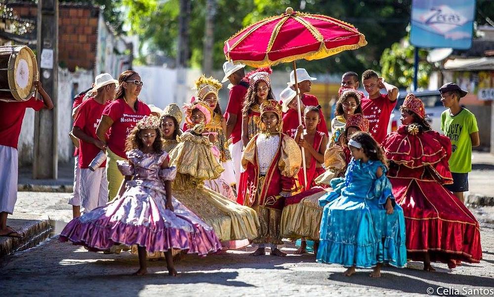 Quem reina no Chão de Estrelas são as crianças, que mantém a tradição do Maracatu pelas ruas da periferia do Recife (Foto: Célia Santos)