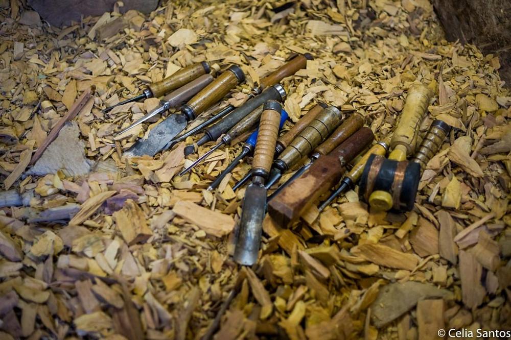 No pequeno nicho com retalhos de madeira, os instrumentos que transformam tronco em arte, Rock em artista. (Foto: Celia Santos)