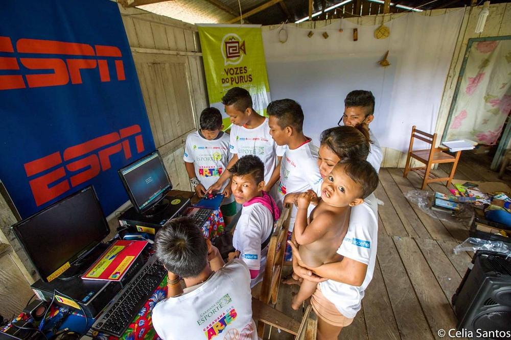 Sala com computadores doados permite edução do conteúdo. Uma nova etapa do Vozes do Purus começa essa semana.
