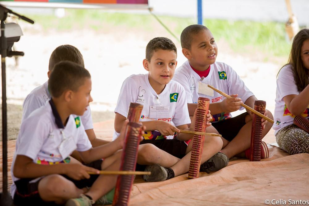 Na Caravana das Artes, crianças experimentam música e criam conexão com o aprendizado. (Foto: Celia Santos)
