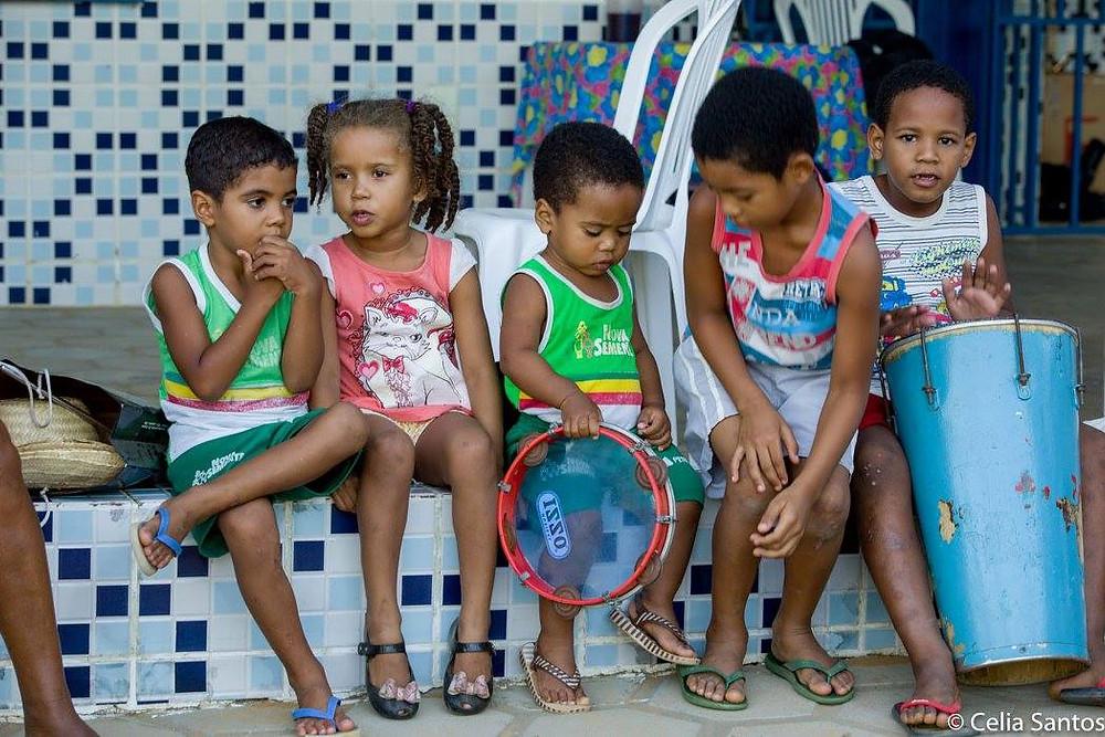 As crianças aprendem desde cedo a tradição dos velhos. São elas que devem continuar a ginga. (Foto: Celia Santos)