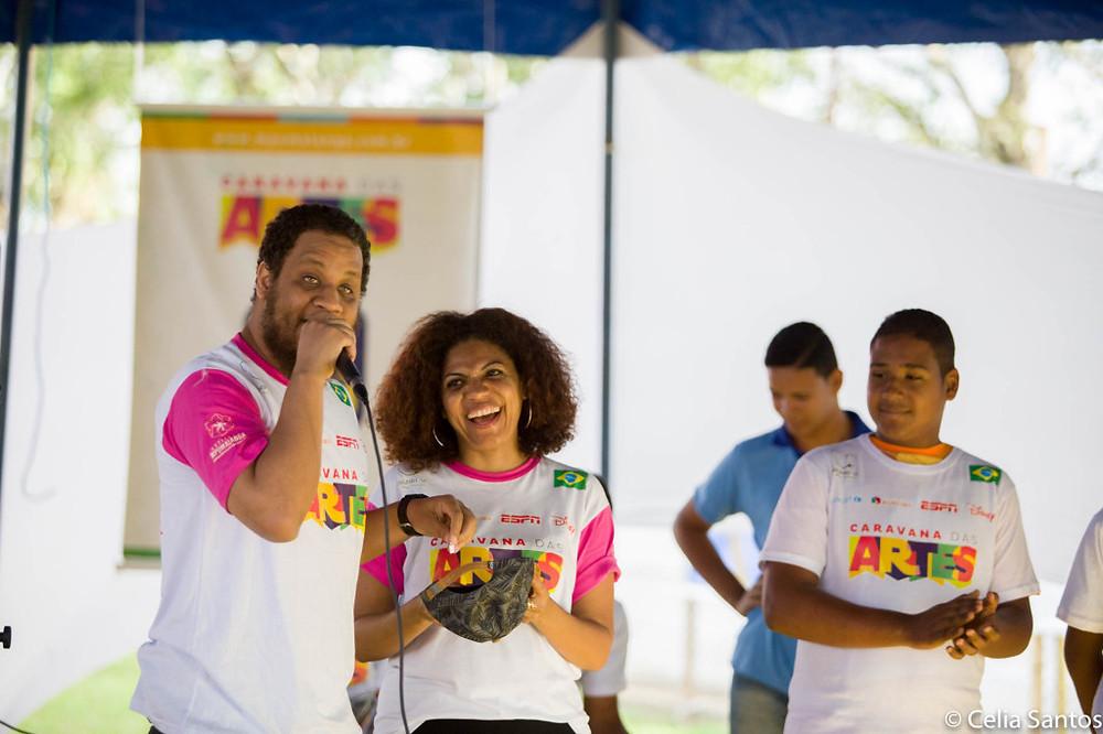 Kamau tira sugestões de papéis colocados em seu boné para o jogo de improviso na Caravana. | Foto: Celia Santos
