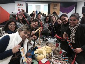 A truma de educadores de Itaquá se dividiu em sete grupos com 10 professores em cada para construir instrumentos musicais.