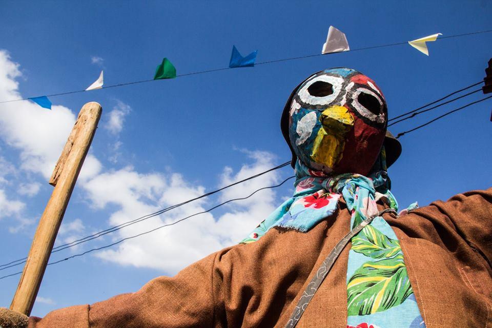João Bananeira do congo rural dá as boas vindas ao espaço de cores e batuques.
