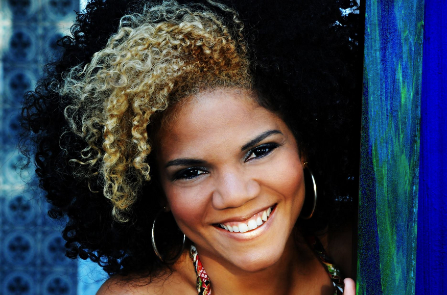 Juliana prova que estudos e músicas podem ser complementares. Ela crê na melhora da educação a partir das artes na escola.