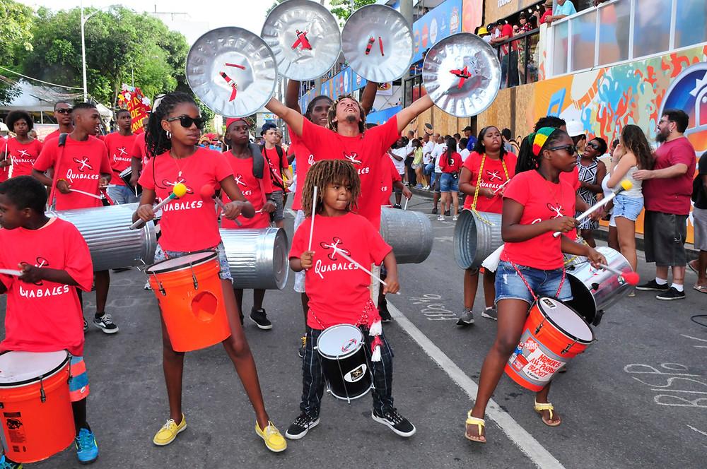 Com materiais recicláveis e percussão, Quabalas deixa sua mensagem educacional pela arte. | Foto: Divulgação.