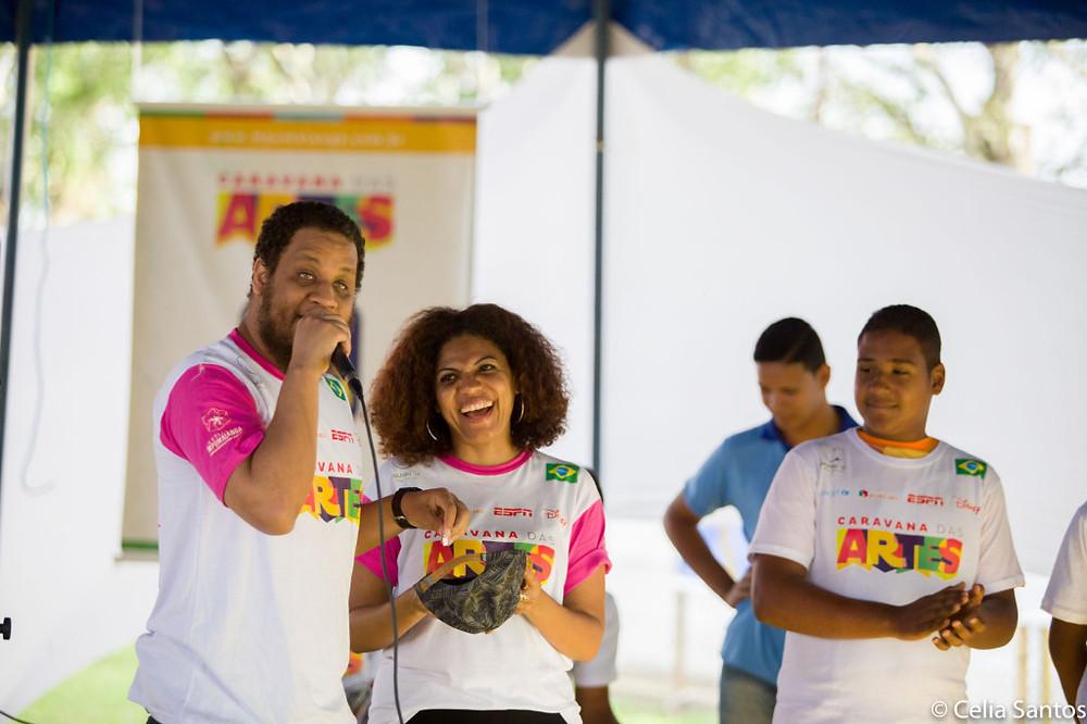 Kamau fez rimas e testou o improviso com as crianças de Laranjeiras. (Foto: Celia Santos)