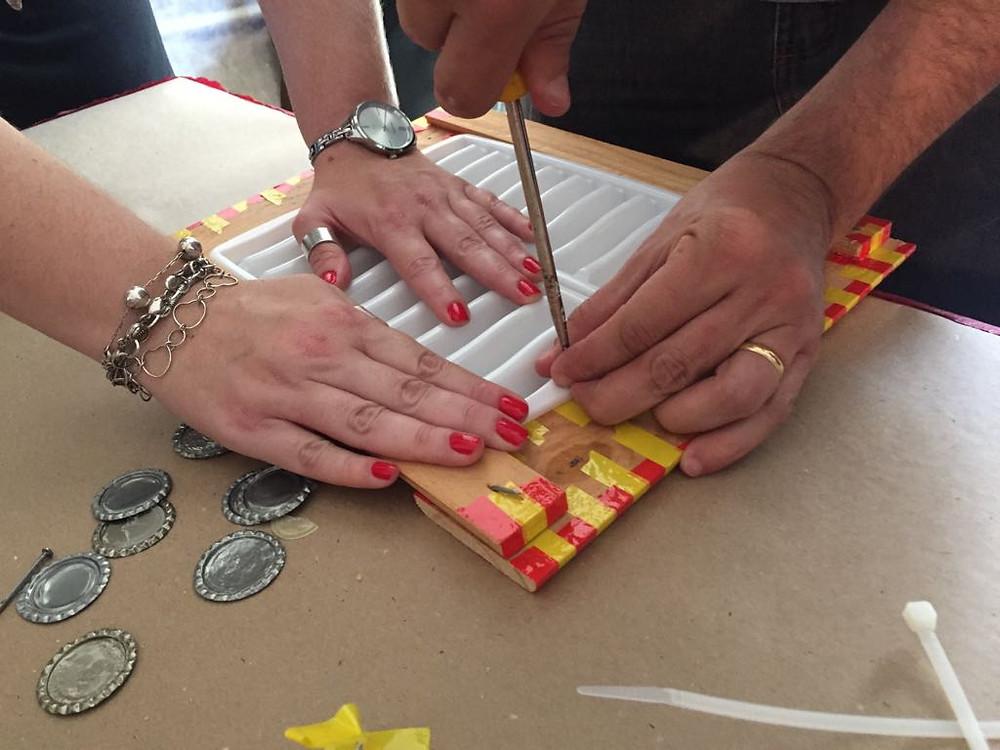 Uma washboard diferente ganha forma com trabalho de educadores.