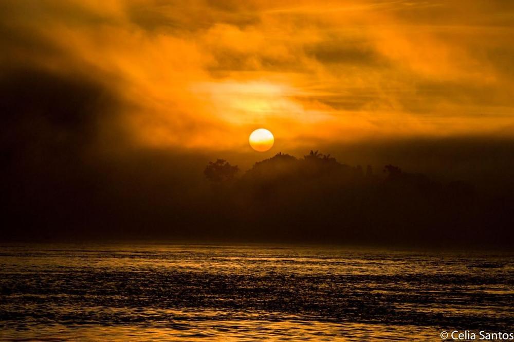 Pôr do Sol no Rio Purus, Amazônia, Brasil.