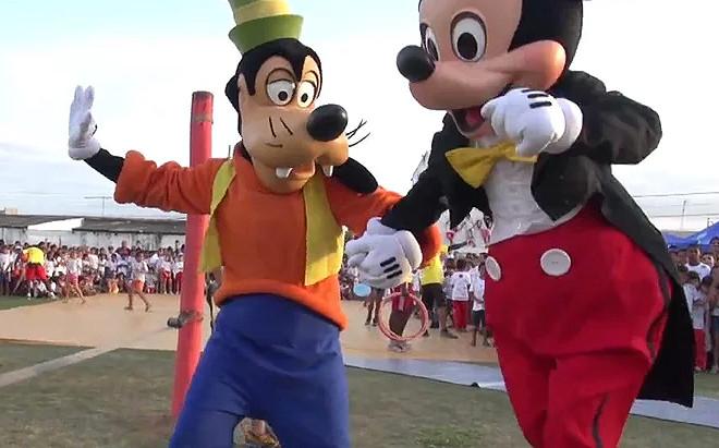 Mickey e Pateta na Caravana do Esporte e da Música