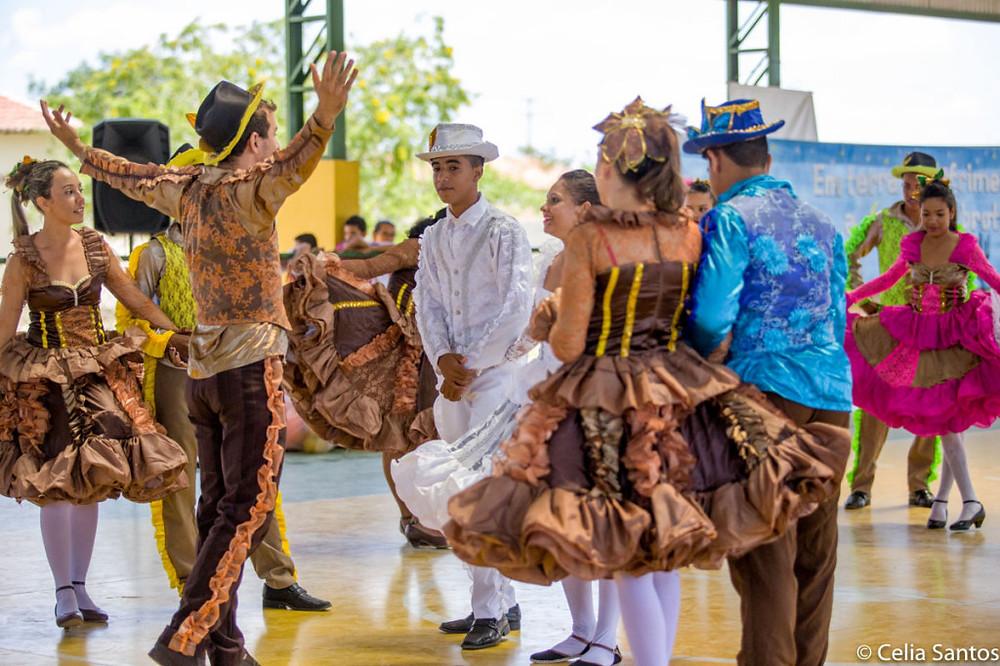 A dança da quadrilha se espalha pelo Brasil nesse mês de fortes tradições.