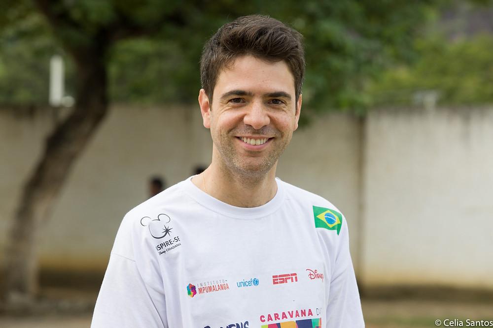 Vinicius Campos é escritor, apresentador infantil e professor na Caravana das Artes. | Foto: Celia Santos/ Instituto Mpumalanga